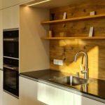 Küche mit weißem Stein Spüle